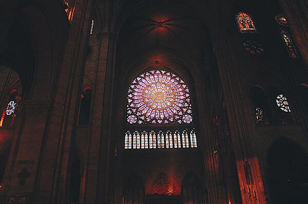 巴黎聖母院一樓大廳內部的花窗們。