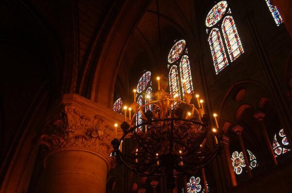 吊燈與花窗。