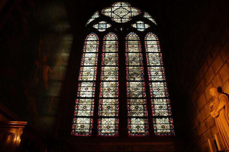 近拍玻璃窗,巴黎聖母院可是中世紀建造的文物喔!