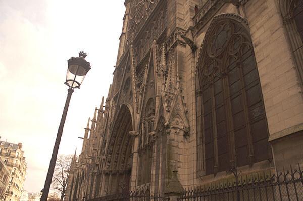 巴黎特有的法式路燈與巴黎聖母院外觀街景。