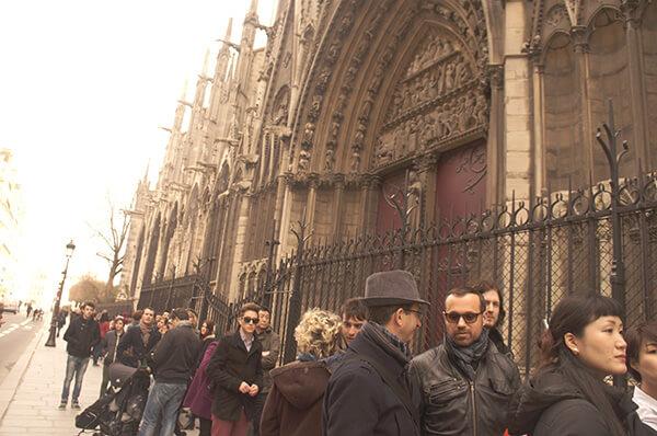 巴黎聖母院外,排隊等著免費上鐘塔的人龍!