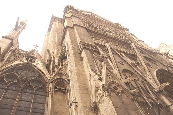 中世紀遺跡,細細瀏覽,可以看見很多小怪獸攀爬在建築上方。