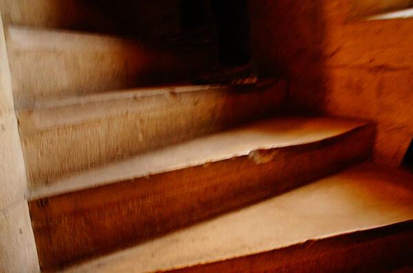 巴黎聖母院的窄小石階。上鐘塔的道路。