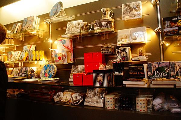 隱身塔樓之路的巴黎聖母院紀念品店。