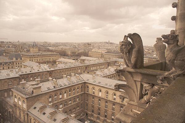 托腮沈思的巴黎聖母院小怪物雕像。