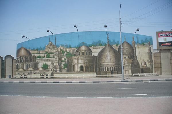 出機場後瞧見的一系列壁畫!我們坐在遊覽車上,觀察埃及的一切。