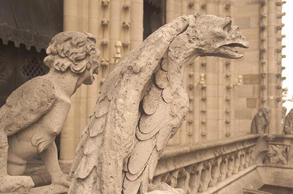 巴黎聖母院表情很有戲的怪獸們,遠景還有一隻長鼻大象怪獸