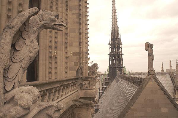 右方的尖塔也是巴黎聖母院的一部分喔