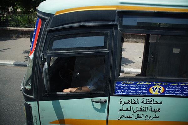 旁邊的埃及公車。