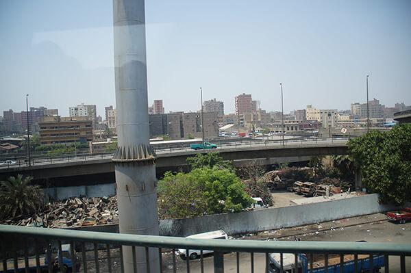 高速公路下的廢棄回收廠?垃圾場?垃圾問題在埃及好像有點嚴重XD