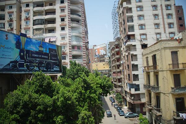 開羅市區街景。相對亮麗的廣告招牌。