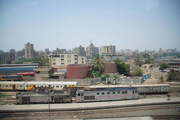 火車鐵軌出現囉!靠近開羅火車站了!