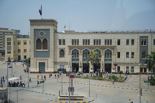 火車站正面近照來一張!上方飄揚著埃及國旗。