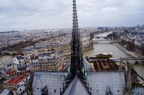 巴黎聖母院黑塔街景