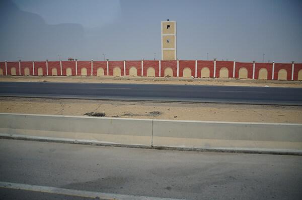經過很長的紅色圍牆,不知道是不是軍事基地之類的?