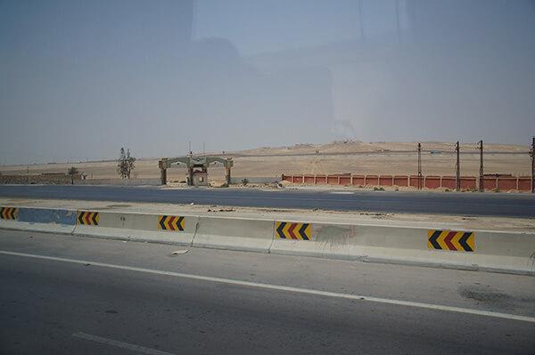 圍牆末端。又是沙漠