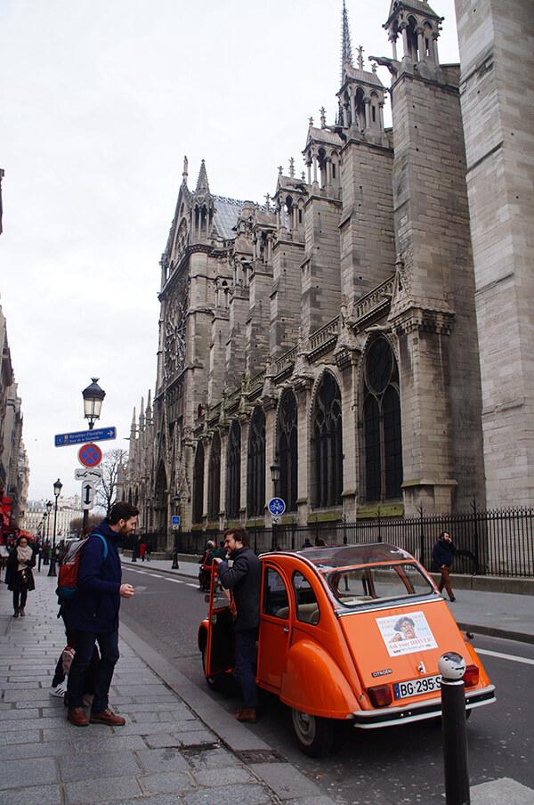 巴黎聖母院旁的街景