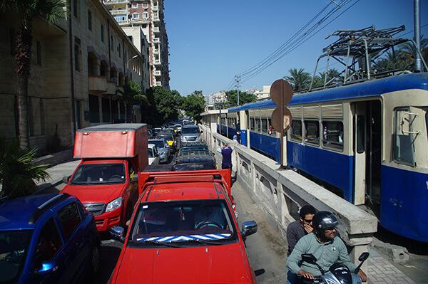 擁擠的人車狀況,在埃及城市是常態。給大家看看電車下車的小月台。