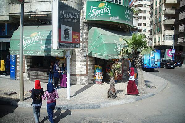 雪碧小攤子,還有包的緊緊的女生們!這裡是埃及亞歷山大港城。