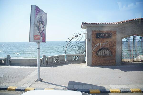地中海出現了,亮麗的陽光小小的海浪一波接著一波。