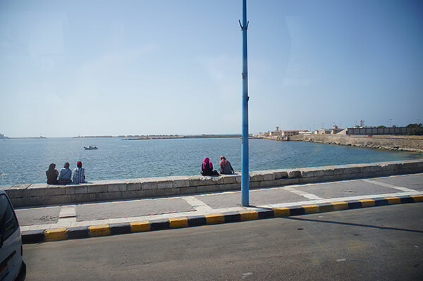 埃及人的感情好像都很好!三兩成群,男生女生都很喜歡聊天。
