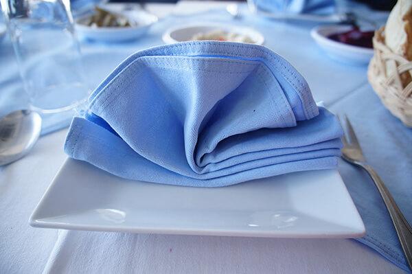 折的美美的餐巾