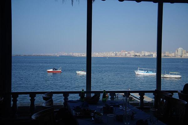 從餐廳望出去就是美麗的大海!給大家看一下窗景,這才是這間餐廳的特色。