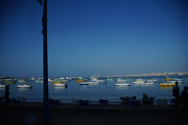 亞歷山卓,沿著海岸開車,看見繽紛的點點船隻。