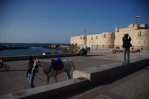 那座米白色的碉堡,就是15世紀為了防範土土耳其入侵而建造的【奎特貝堡】。