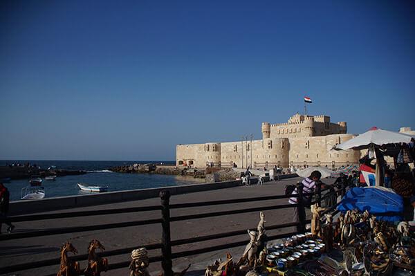 碉堡上,埃及國旗飄揚,旁邊是紀念品店。