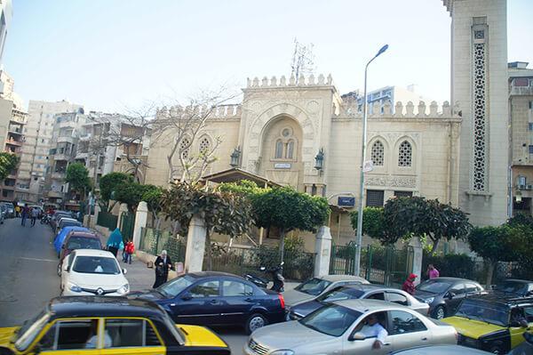 是清真寺嗎?還是???這壅擠的車況,超可怕。目前也是塞車中。沒有紅綠燈的國家。