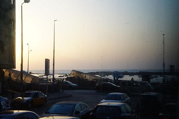 夕陽西下,看著遠方的海岸線與塞車的街景,準備入住飯店睡覺囉!