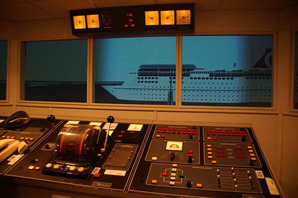 軍事潛水艇,這個面板看起來超酷的!因為看不懂XDDD