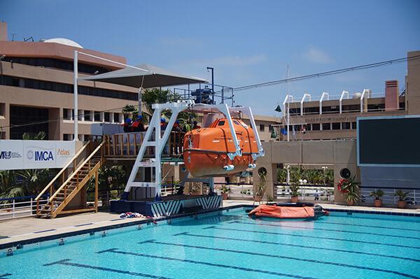 戶外游泳池,救生上課的地方喔@@我們也看了一場逃脫演練!