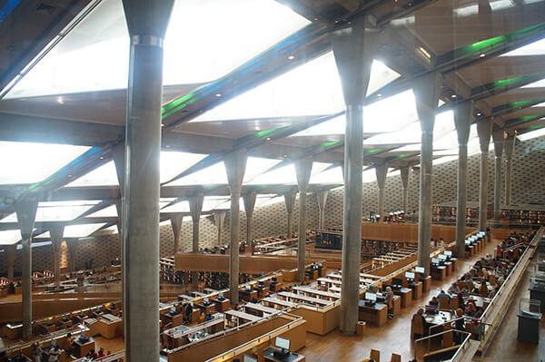 美麗的亞歷山大圖書館,透光良好。