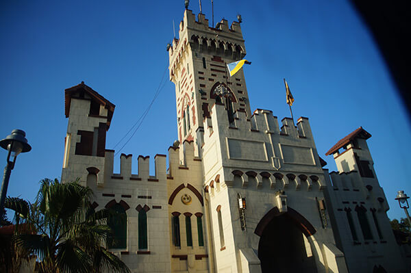 Montaza Palace大門口,就是十足的城堡風。