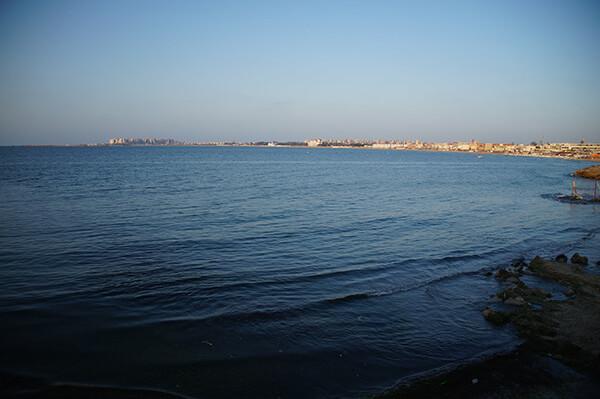 此處的蔚藍大海,地中海,有一點距離的美感。