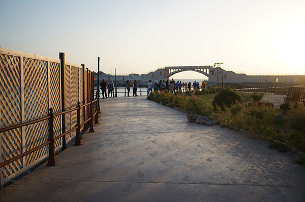 大家過橋後會沿著這條路走下去看海邊夕陽。