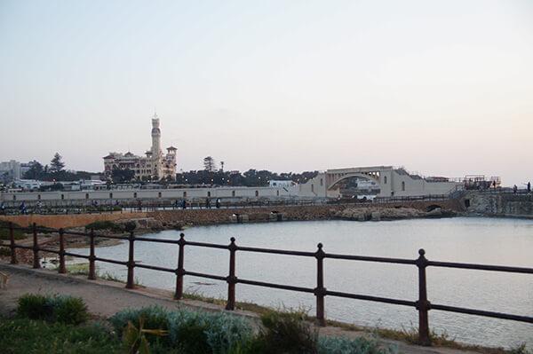 Montaza Palace城堡橋墩,海與欄杆。