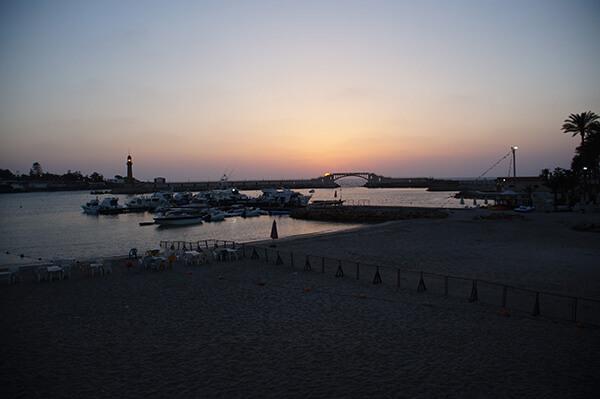 晚霞出現囉!太陽快地掉落到橋墩的高度。