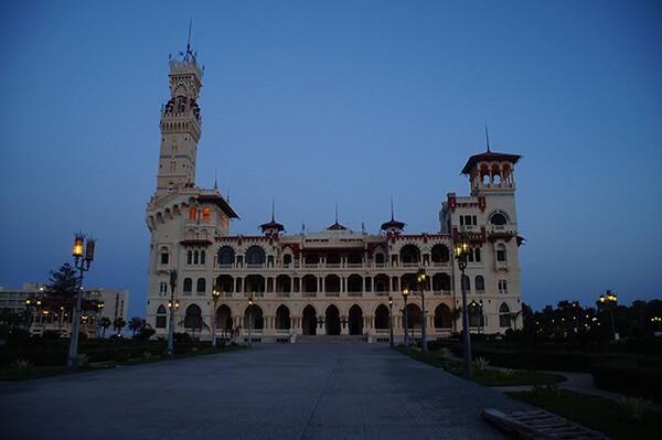 暮色中的Montaza Palace,燈亮起來了。