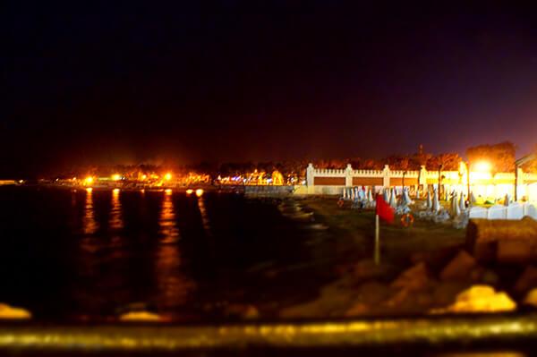黑黑的地中海,迷濛的燈光。