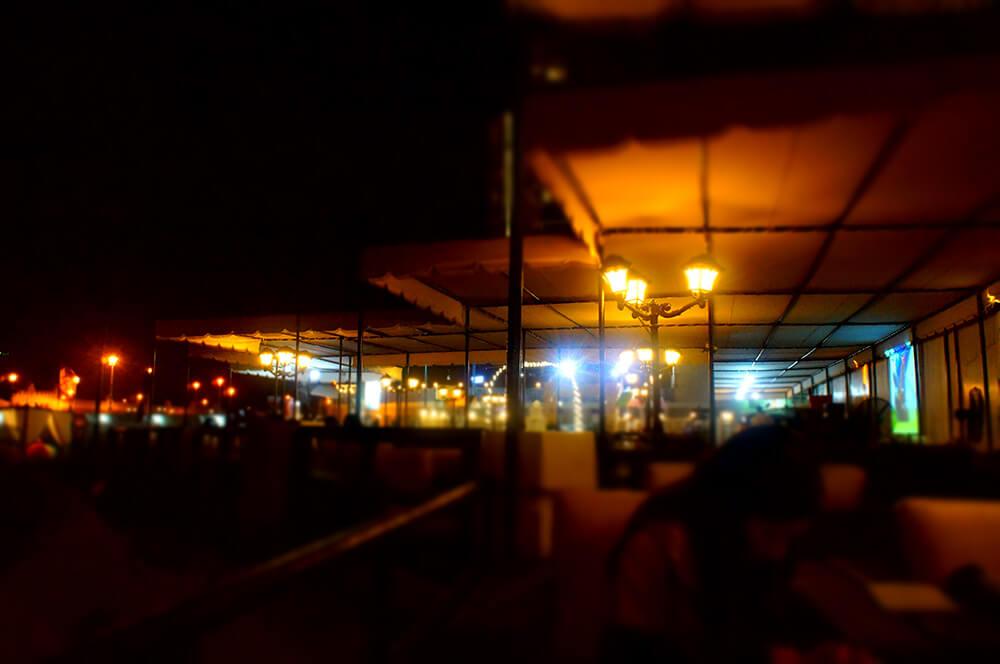 迷濛的希爾頓飯店海邊bar氛圍,拉遠一點拍。