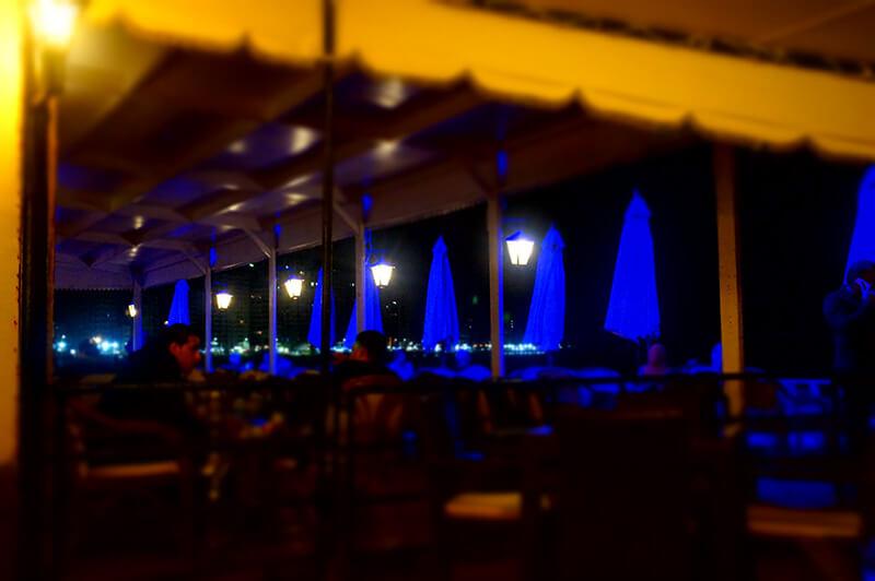 浪漫地中海夜晚,海邊bar最後一張,藍光的戶外區。