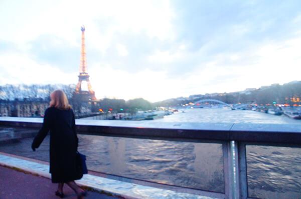 住附近,就能輕易地看到、拍到許多有巴黎鐵塔的街景照喔!這張是邊走邊拍!