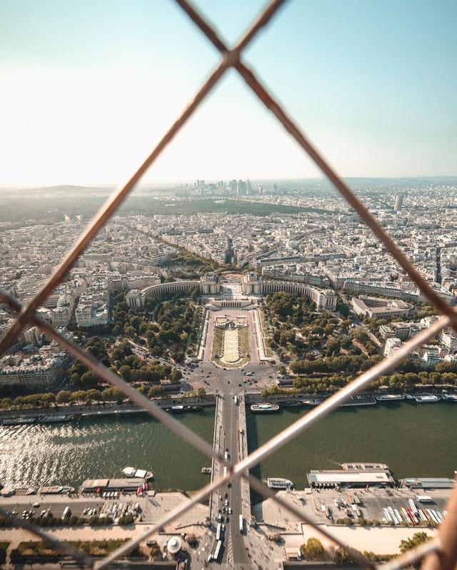 巴黎鐵塔上方風景,看往夏佑宮與其前方花園。