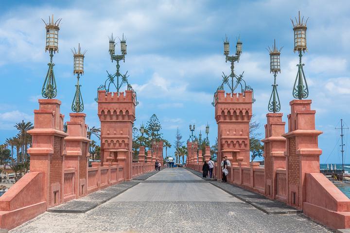 拍得好漂亮的橋墩!我拍出來的照片更橘紅一點。圖源:網路 Bridge at Montaza Palace in Alexandria Egypt.