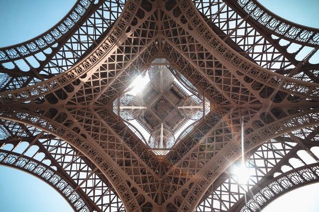 巴黎艾菲爾鐵塔正下方