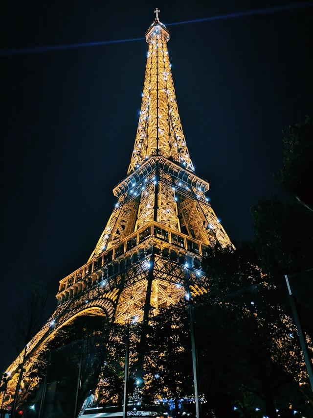 夜晚亮晶晶的巴黎鐵塔跟燈光秀
