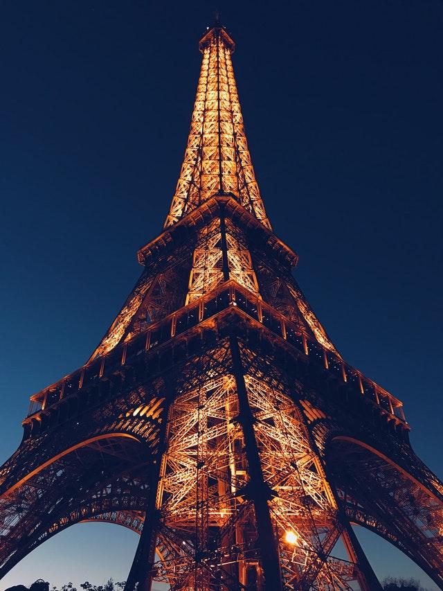 巴黎鐵塔完工並以312米的高度,佔據世界最高人造建築40年的歷史。